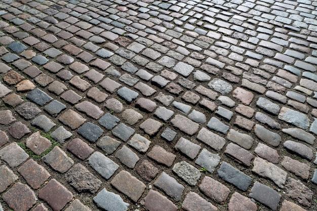Muster des alten deutschen kopfsteins in der stadt im stadtzentrum gelegen.