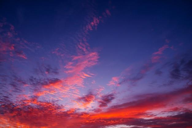 Muster des bunten wolken- und himmelssonnenuntergangs oder des sonnenaufgangs dramatischer sonnenuntergang in der dämmerung, schönheit des himmels,