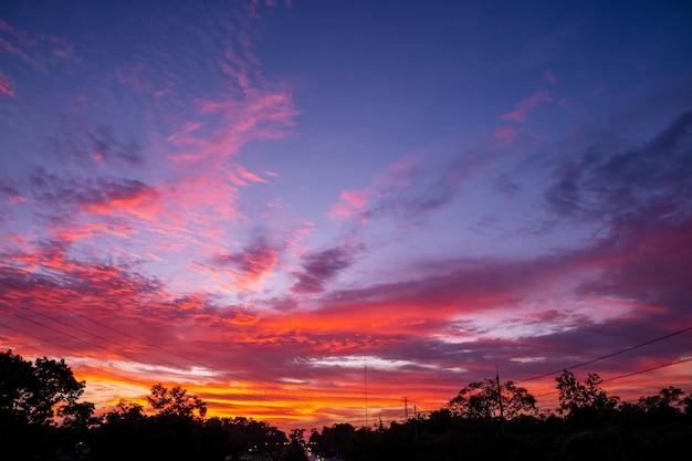 Muster des bunten wolken- und himmelssonnenuntergangs oder des sonnenaufgangs: dramatischer sonnenuntergang in der dämmerung