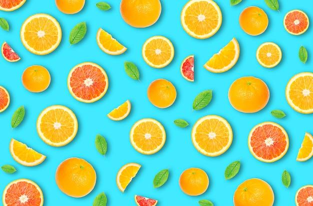 Muster einer orangefarbenen zitrusscheibe auf hellblauem hintergrund