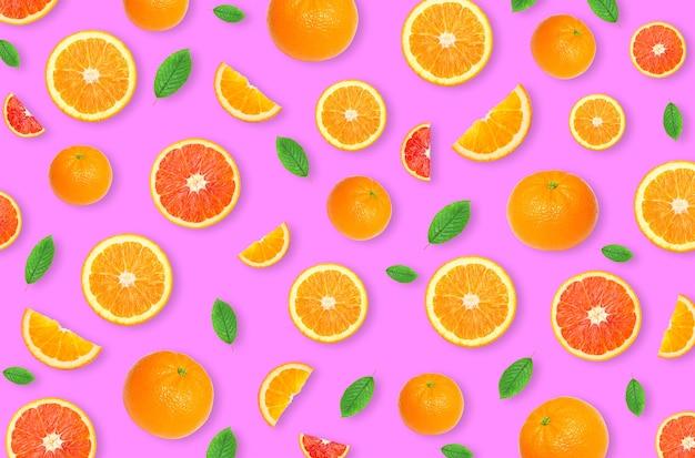 Muster einer orangefarbenen zitrusscheibe auf rosa hintergrund