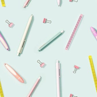 Muster mit büromaterial, farbstiften, stiften, puler, markern und büroklammern aus metall. zurück zum schulhintergrund.