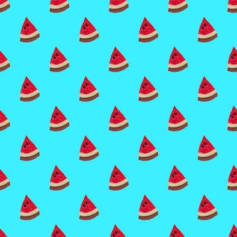 Muster mit frischen wassermelonenscheiben auf blauem hintergrund harte schatten der sonne. minimales konzept von reisen und urlaub
