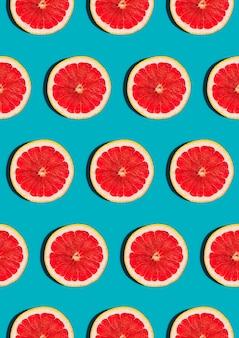 Muster mit grapefruitscheibe auf blauem top view flat lay.