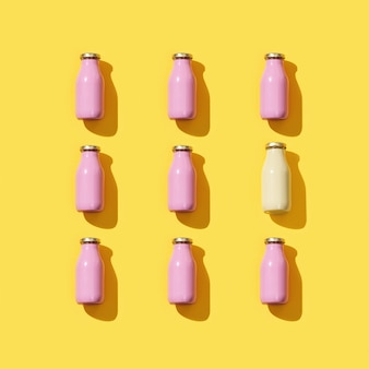 Muster mit kleinen glasflaschen für saft oder joghurt. mock-up der verpackungsvorlage