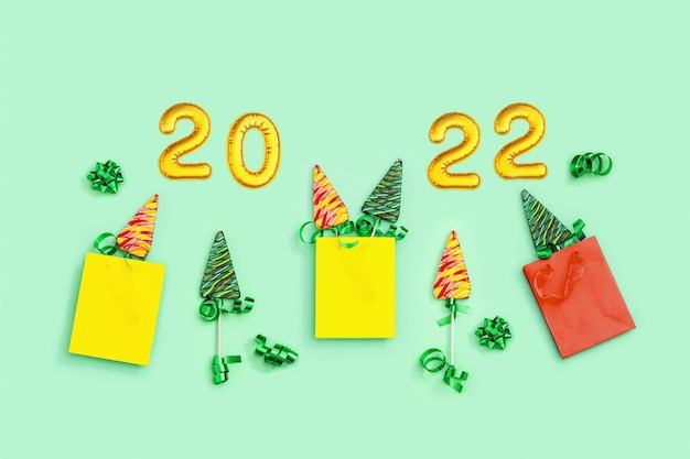 Muster mit lutschern als weihnachtsbaumbonbons in papiertüte für neujahrsfeiertage kreative flache lage