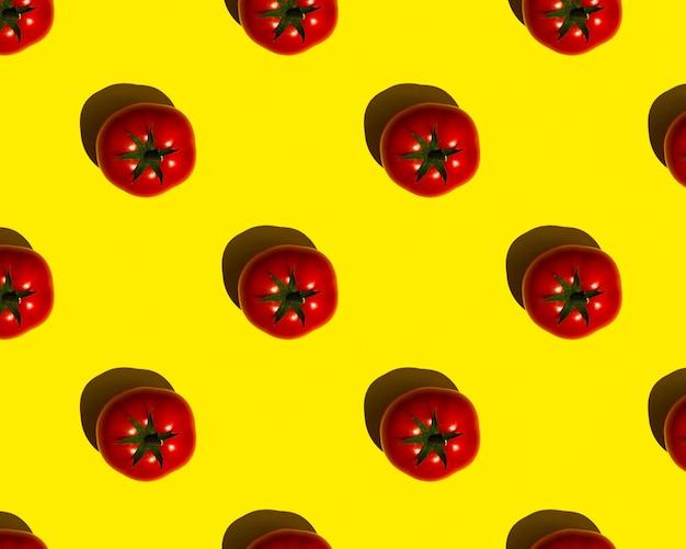 Muster rote tomaten auf gelbem grund
