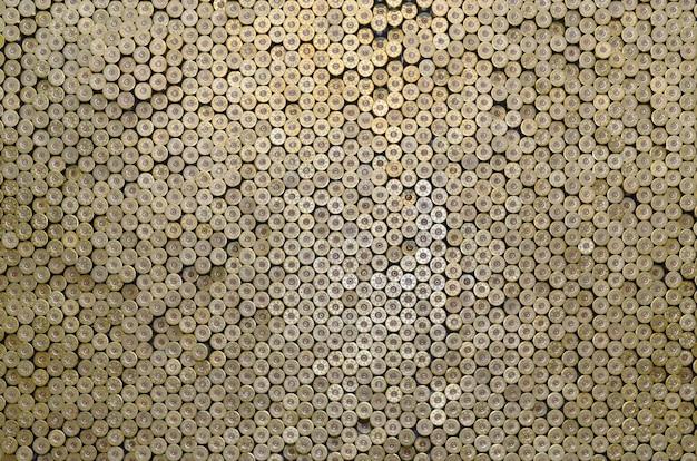 Muster von 12-gauge-patronen für schrotflintengeschosse. granaten für jagdgewehr hautnah. hintergrund für schießstand- oder munitionshandelskonzepte