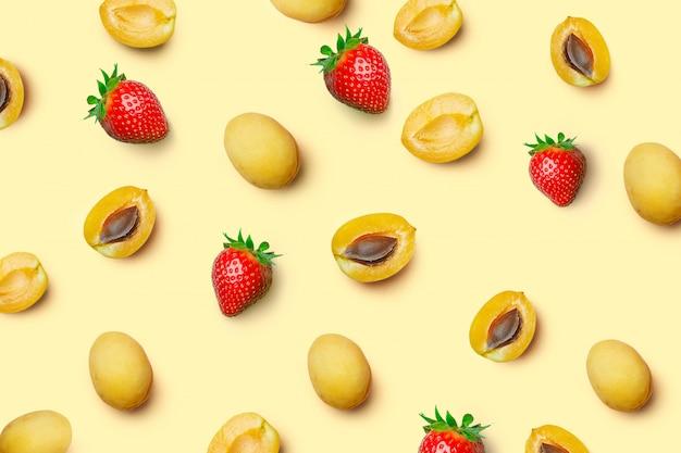 Muster von aprikosen und erdbeeren