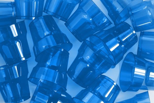 Muster von blauen wegwerfplastikbechern.