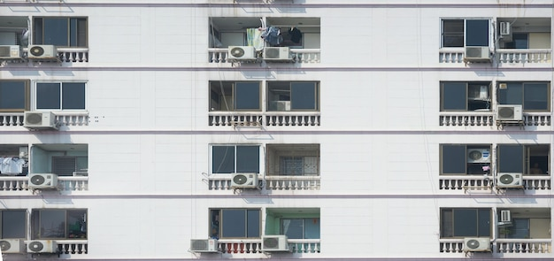 Muster von fenstern und asien-balkon der eigentumswohnung