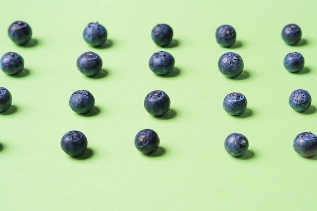 Muster von frischen blaubeeren auf pastellgrün