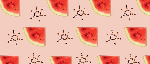 Muster von geschnittener frischer wassermelone, sonnenförmige samen auf rosafarbenem hintergrund. sommerfrucht, beere. trendy, minimale schatten. wassermelonen-tageskonzept -3. august.