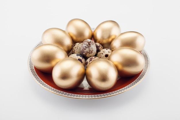 Muster von goldenen eiern und wachteln