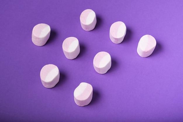 Muster von marshmallows auf violettem hintergrund