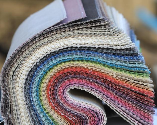 Muster von mehrfarbigen stoffen