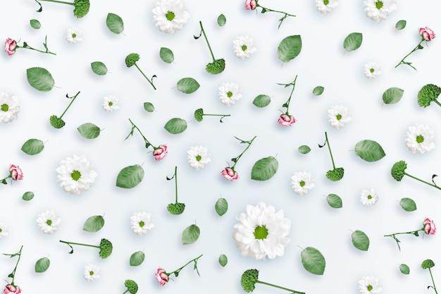 Muster von rosa und beige rosen und von grünblättern auf einem weißen hintergrund