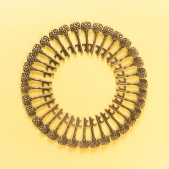 Muster von weinleseschlüsseln und von gelber szene