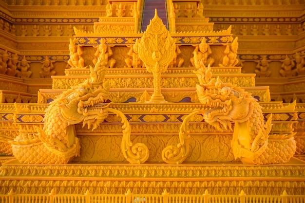Musterschnitzerei der thailändischen literatur beim wachsschlossfest in der provinz sakon nakhon, thailand