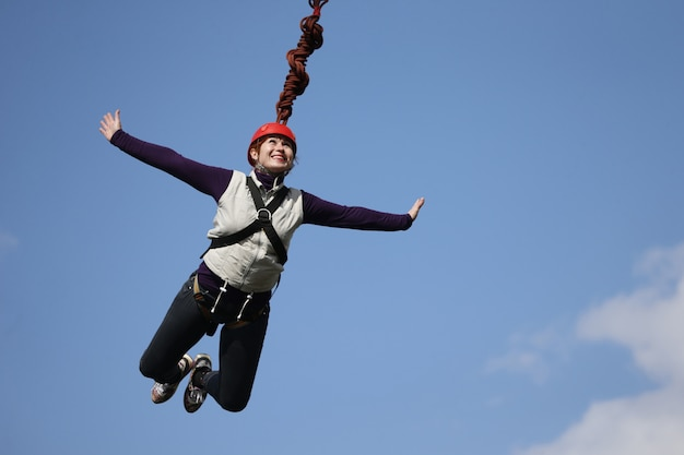 Mutige frau, die mit einem seil springt. verrücktes hobby einer älteren frau