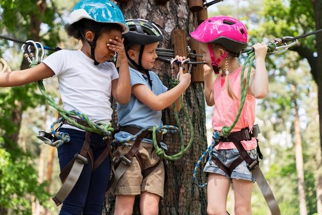 Mutige kinder haben spaß im abenteuerpark