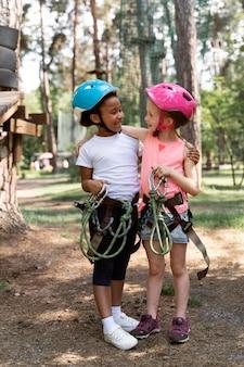 Mutige kinder spielen in einem abenteuerpark