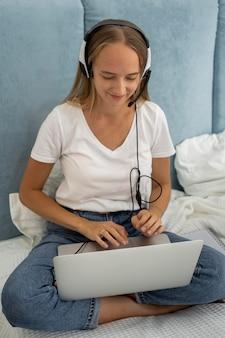 Mutter arbeitet am laptop von zu hause während der quarantäne mit kind