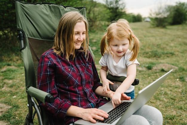 Mutter arbeitet mit kind