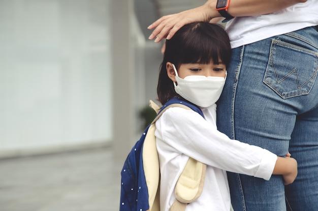 Mutter begleitet das kind zur schule mama unterstützt und motiviert den schüler