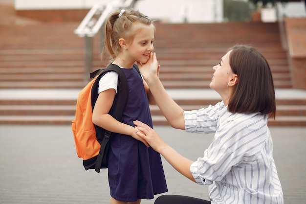 Mutter bereitet kleine tochter auf die schule vor