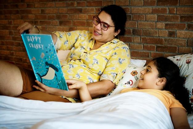 Mutter, die bettzeitgeschichte zu ihrer tochter liest