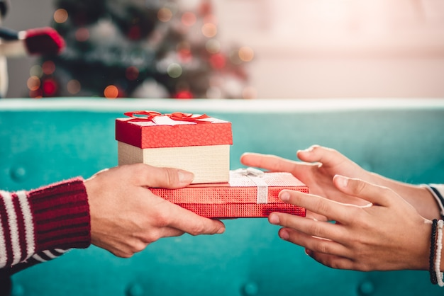 Mutter, die der tochter weihnachtsgeschenk gibt