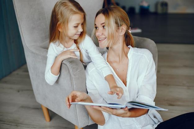 Mutter, die ein buch mit tochter liest