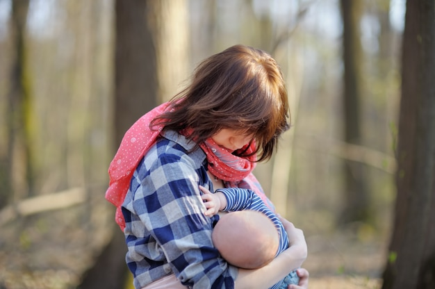 Mutter, die ihr baby stillt