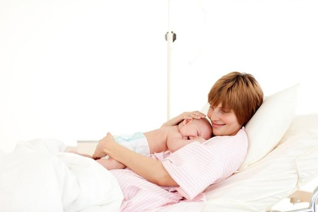 Mutter, die ihr neugeborenes baby betrachtet