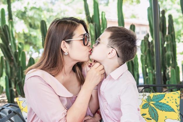 Mutter, die ihren sohn küsst