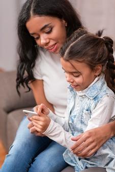 Mutter, die kind auf mobile spielen lässt