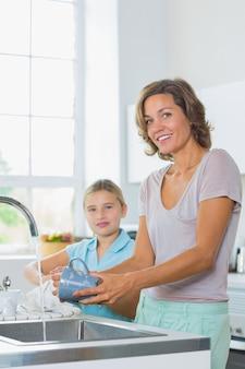 Mutter, die mit dem tochtertrockner sich wäscht