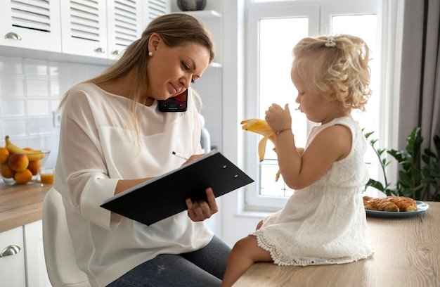 Mutter, die zu hause mit kind während der quarantäne arbeitet