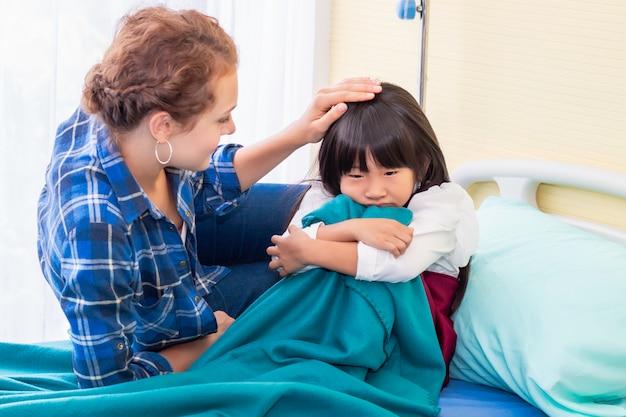 Mutter diskutiert mit ihrer geduldigen tochter im krankenhaus