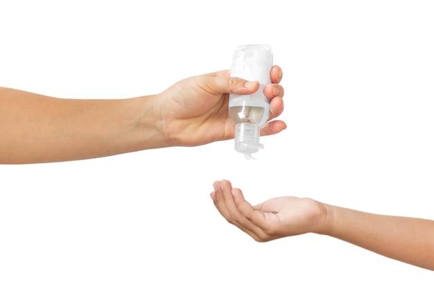 Mutter drückt alkoholgel in die hand ihres sohnes zum schutz vor covid-19 im beschneidungspfad.