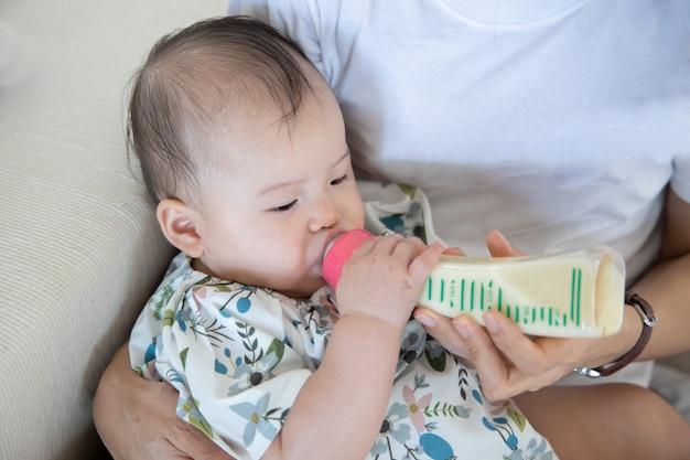 Mutter füttert ihr baby mit milch