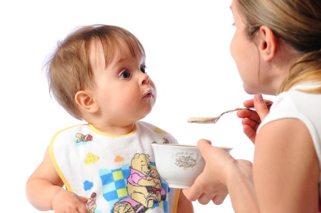 Mutter füttert ihr kleines mädchen
