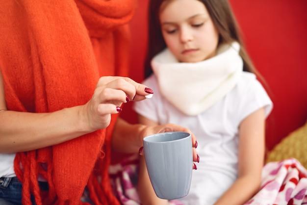 Mutter gibt ihrer kranken tochter heißen tee