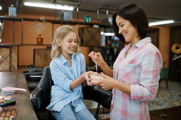 Mutter gibt tochter nagellack im salon
