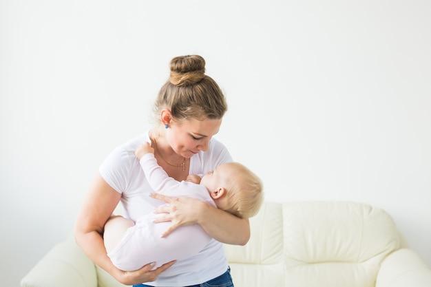 Mutter hält ihre kleine tochter in den armen