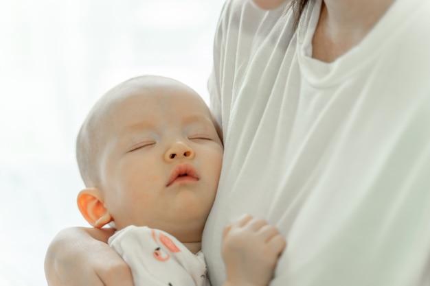 Mutter hält schlafendes baby
