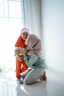 Mutter hilft ihrer tochter bei der vorbereitung der schule