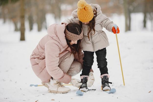 Mutter hilft ihrer tochter, ihren himmel zu setzen