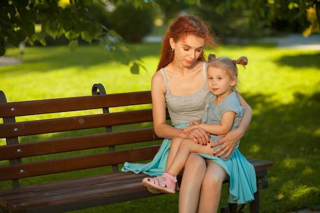 Mutter kommuniziert mit einem kind im park